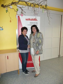 Die langjährige Vorsitzende des Volkshilfe Bezirksvereins Annemarie Kaiser (li.) übergab ihr Amt an Helga Ahrer, die den ehrenamtlichen Besuchsdienst in den Volkshilfe Seniorenzentren forcieren möchte.
