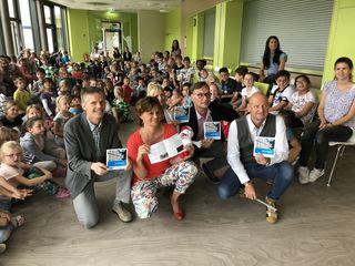 Bei der Präsentation des neuen Schulwegplanes: Rund 150 Kinder der Volksschule Weiz, Stadtrat Franz Frieß, Direktorin Lydia Kalcher, Bürgermeister Erwin Eggenreich, Markus Lippitsch. (v.l.)