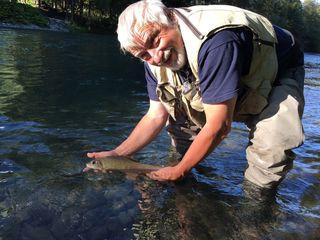 Gerhard Liebhart steht ein- bis zweimal in der Woche in der Möll und geht dem Fliegenfischen nach