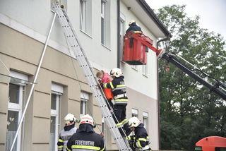 Bei der Übung wurden die Schüler vom 1. Stock mittels Leiter und Korb gerettet.