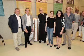 Ausstellungsgestalter Andreas Lehner im Kreis einiger Eröffnungsgäste, darunter Vzbgm. Herwig Matejka und Pater August Janisch.