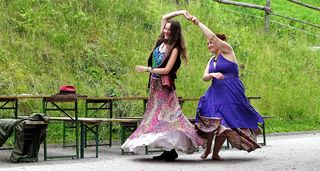 Eine gekonnte Tanzeinlage auf der Straße.