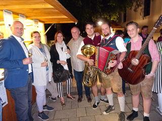 """Reinhard Deutsch, Brigitte Pugger, Anna Thomas, Peter Thomas und die singfreudigen """"ProchtBurschen""""."""