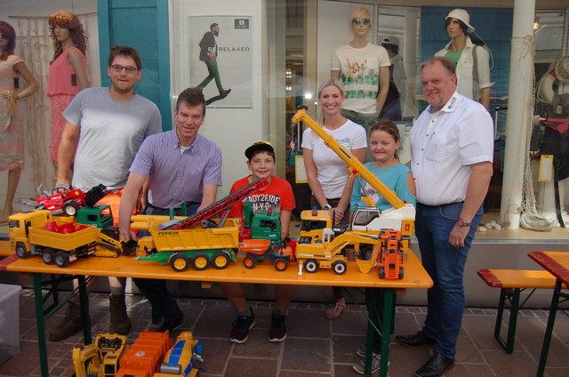 Zufriedene Initiatoren: Bürgermeister Martin Treffner (rechts) und Heinz Breschan (Aktionsgemeinschaft, Zweiter von links)