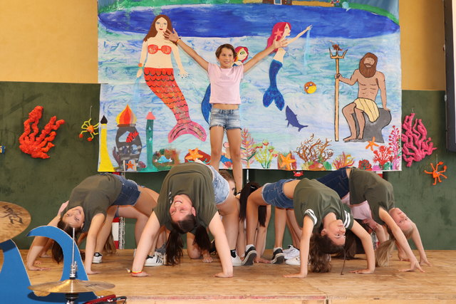Fast schon akrobatische Einlagen bei den Tänzen der Schüler der Neuen Mittelschule St. Michael