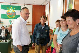 LR Hans Peter Doskozil begrüßte die Besucher in seinem mit einer Rapid-Fahne geschmücktem Büro.