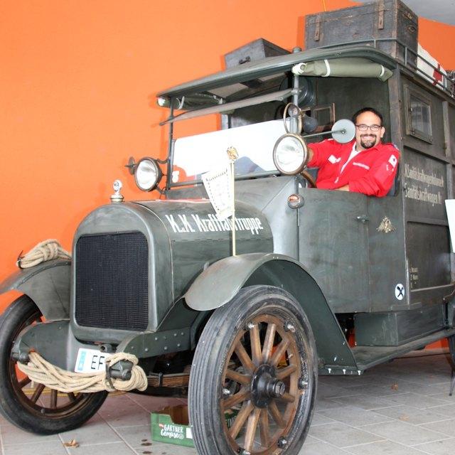 Eines der Highlights am Familiennachmittag: Ortsstellenleiter Hans Peter Kranewitter präsentierte stolz einen Rettungswagen Baujahr 1915.