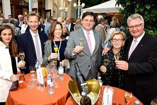 Noch bei Tageslicht traf man sich vor der Sommerarena - Christoph Kainz, Stefan Szirucsek mit ihren Gattinen und Gottfried Forsthuber mit Begleiterin.