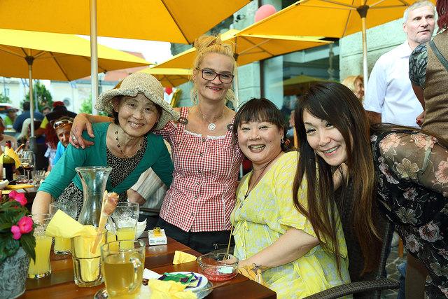 Sylke Schneider mit lieben Stammgästen & Freundinnen aus Japan (Yuko) – im Hintergrund Ludwig Schneider