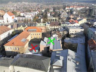 So sieht es derzeit aus. Die Sonderschule (grünes Kreuz) und die Turnhalle (rotes Kreuz) werden abgerissen, das L-förmige Schulgebäude links bleibt bestehen.