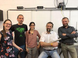 A. Weingartner (2.v.r.) mit einer Sonde und einem Teil des Teams: Elisabeth Ebner, Philip Worschischek, Janelcy Alferes Castano und Lukas Kornfeind (v.l.).