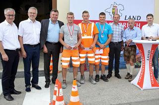 Mario Scheuringer (Mitte) schaffte es beim Landeslehrlingswettbewerb der Straßenmeistereien auf Platz 2.
