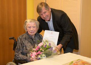 Emilie Slavik erhielt die Ehrenurkunde aus den Händen von Bezirksvorsteher Erich Hohenberger.