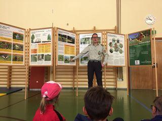 Hannes Krabath, der Einsatzgruppenleiter der Berg- und Naturwacht Zederhaus, erzählte den Kindern interessantes aus der Natur.