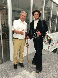 Schärdings Wirtschaftskammer-Leiter Alois Ellmer mit Kilian Steinpaß, ein junger Handwerker auf der Walz.