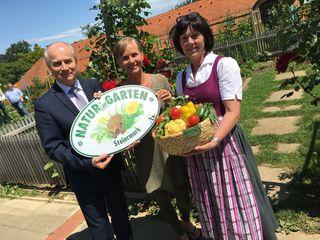 Natur im Garten: LR Johann Seitinger, Expertin Angelika Ertl-Marko und St. Martin-Fachschuldirektorin Reingard Neubauer (v. l.)