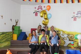 Hinten von links: Leiterin Theresa Humer, die Mitarbeiterinnen Lena Napieralski und Daniela Trautwein mit drei Frühchen-Müttern.