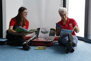 Hilde Engelpuzeder (rechts) ist eine von den ersten vier Lesecoaches im Bezirk Schärding. Das Rote Kreuz holt die Aktion zur Leseförderung in den Bezirk. Ansprechpartnerin ist Jugendkoordinatorin Susanne Schopf (links).