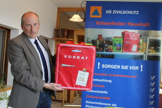 Valentin Pühringer ist Bezirksleiter des Zivilschutzverbandes. Er zeigt die Notfallbox, die in jeden Haushalt gehört.