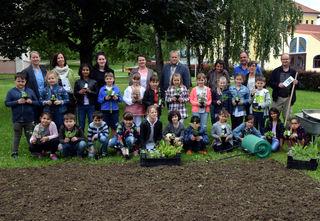 Im Gemeindepark setzten die Kinder unter Anleitung des Naturschutzbundes Wildblumen an.