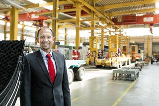 CEO Roland Hartwig freut sich über die gelungene Umstellung der drei Schwarzmüller-Werke auf Fließproduktion.