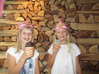 Leckermäuler:  Die jungen Damen verkosteten Süßes.
