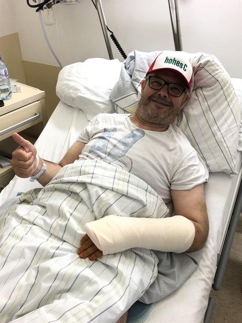 Sigi Schwarz erholt sich im LKH Kirchdorf von dem Unfall und kann schon wieder lachen.
