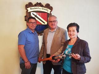 Vizebürgermeister Stephan Gartner, Paul Galuska, A1 und Bürgermeisterin Ernestine Rauscher vor dem Wappen der Gemeinde.