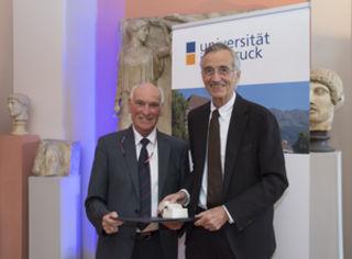 Rektor Tilmann Märk verlieh Univ.-Prof. Dr. Christian Smekal die höchste Auszeichnung der Universität.