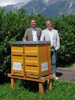 Die beiden Recheis-Geschäftsführer mit einem Bienenstock