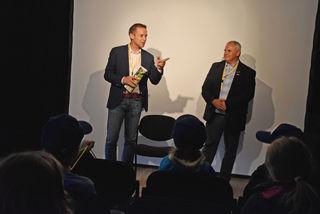 AK-Präsident Peter Eder und AK-Bezirksstellenleiter Bernhard Kendlbacher im Gespräch mit den Kindern.