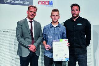 Geschäftsführer Reinhard Eidler, Award-Gewinner Alexander H. und Ausbildungsleiter Andreas Hochreiter (v.l.).