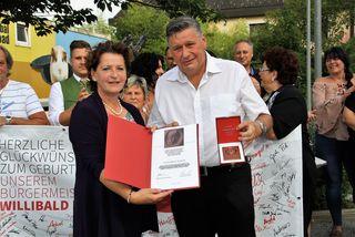LR Ursula Lackner würdigte Bgm. Willi Rohrer mit der höchsten SPÖ-Auszeichnung, der Viktor-Adler-Plakette.