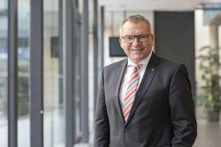 LR Johannes Tratter gratuliert dem Sammlungs- und Forschungszentrum der Tiroler Landesmuseen zu der Nominierung.