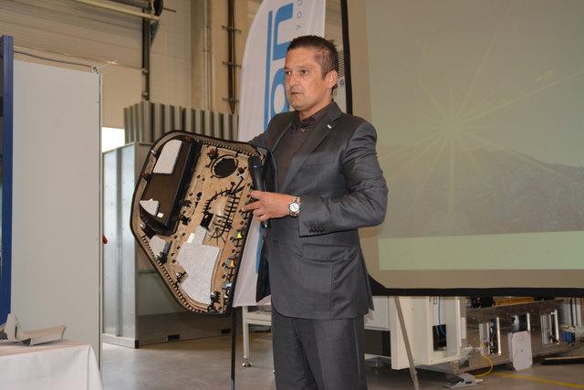 Inhaber und Gründer Hannes Auer, der anhand einer Autotür die Stärken seines Unternehmens umreisst.