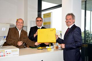 Adolf Mechtler, Alfred Hiller und Karl Wilfing in der neuen Postpartner Stelle der Genol Tankstelle