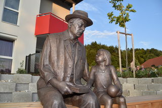 Die Skulptur eines alten Mannes und eines kleinen Kindes stammt vom Ollersdorfer Bildhauer Josef Lehner.