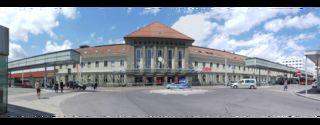... zeit-los präsentierte sich mir der Bahnhof Villach bei meiner Abreise aus Villach. Die Uhr bekam wohl gerade  ein Service ;-) Lg und ein schönes Wochenende Euch Allen, Helga
