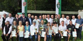 Die erstplazierten Mannschaften und die Erstplazierten EinzelteilnehmerInnen mit den Ehrengästen