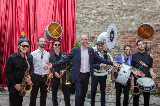 Schlossbergball-Organisator Bernd Pürcher (m.) ist zufrieden.