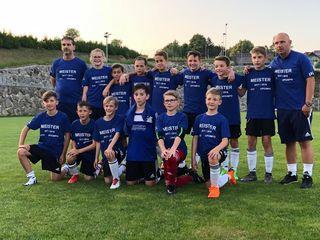 Trainer Joachim Koll (r.) ist stolz auf sein äußerst erfolgreiches und spielstarkes U12-Team beim FC Leonhofen.