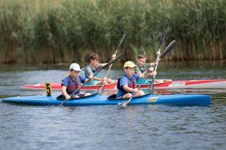 Simon und Timon Kretzl sind in ihrem Kanu äußerst zielstrebig auf dem Wasser unterwegs.