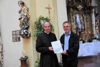 Pfarrer Manfred Thaler nahm das Zertifikat von Markus Roßkopf entgegen.
