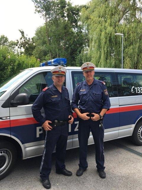 Die Beamten Günter Kroboth (links) und Gottfried Gratzl retteten eine 73-jährige Frau aus einem Flurbrand.