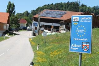 Ein Hinweisschild bei der Ortseinfahrt von Julbach weißt auf die Partnerschaft mit Julbach in Bayern hin.