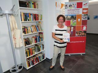 Der offene Bücherschrank im wohnpartner-Lokal von Leiterin Rosemarie Untner wurde von der Bezirksvorstehung zur Verfügung gestellt.