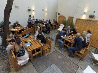 Versteckte Oase: Den Gastgarten erreicht man durch das Pub.