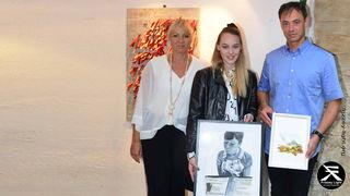 Melanie Thöni mit ihren Eltern stellt immer wieder ihre Kunstwerke zur Verfügung.