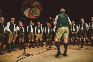 Zur 70sten Geburtstagsfeier der Tirol Sangesbrüdern gab es ein Ständchen vom MGV Ehrenhausen.