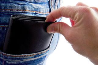 Die beiden Täterinnen stahlen das Geld unbemerkt aus der Brieftasche des Mannes.